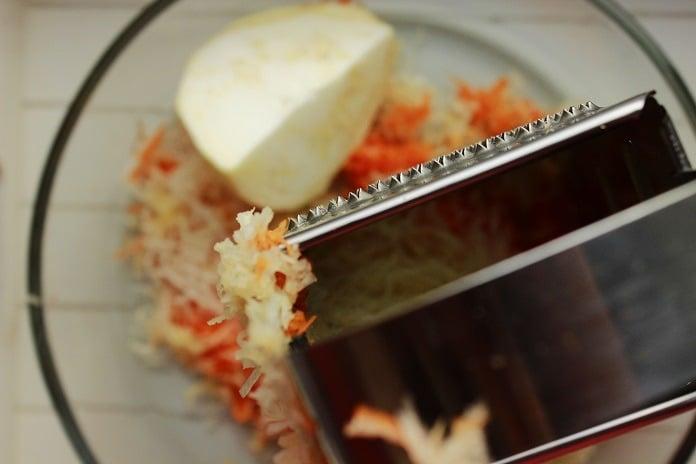 celerový salát s mrkví a ananasem