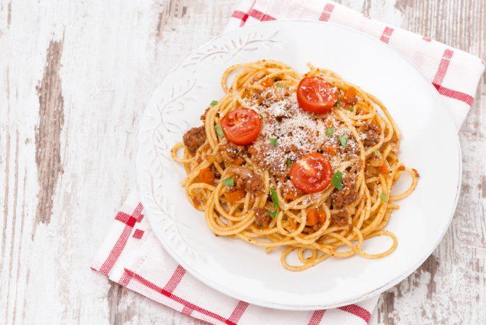 celozrnné špagety s boloňskou omáčkou a parmezánem