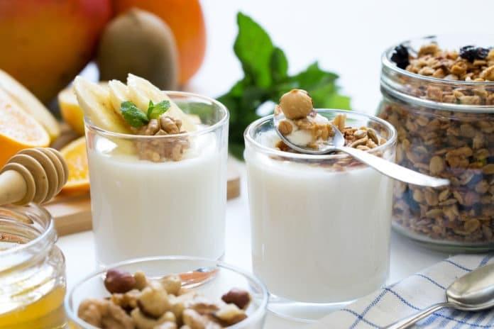 domácí müsli s bílým jogurtem a hořkou čokoládou, pomeranč