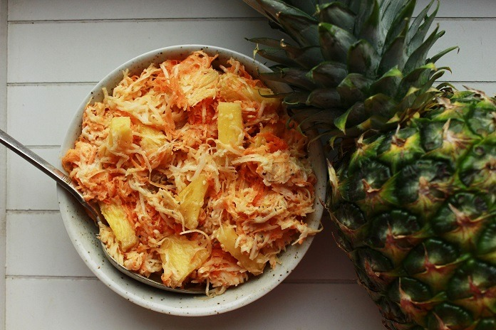 míchaný celerový salát s mrkví a ananasem