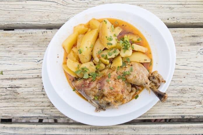 pečené kuřecí stehno s vařeným bramborem