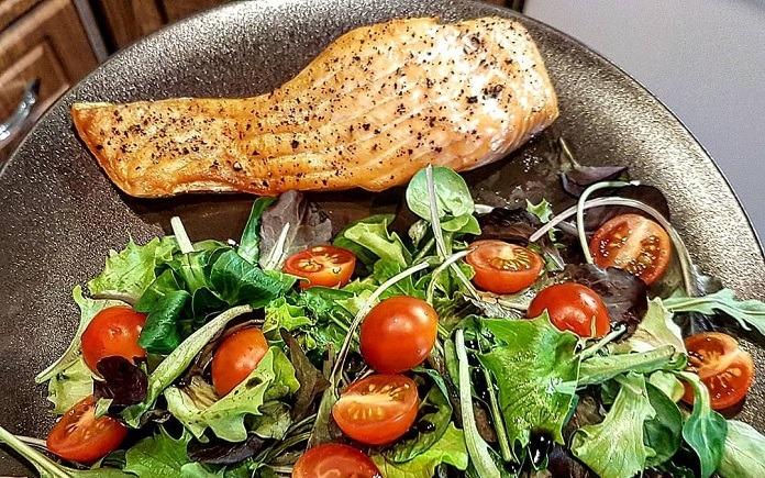 přírodní losos na pepři s listovým salátkem