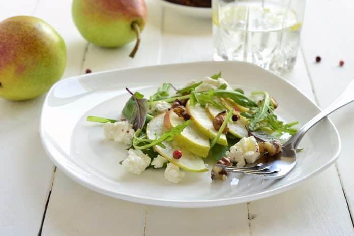 salát s ricottou, jablky a vlašskými ořechy