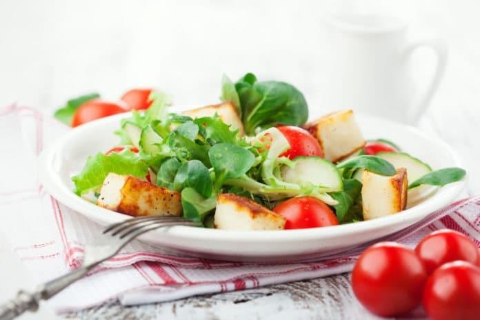 salát z polníčku, baby špenátu, rajčat, okurky a marinovaného tofu