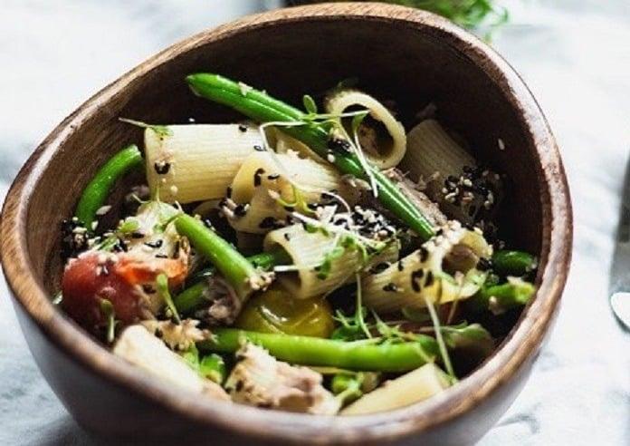 těstovinový salát s tuňákem a fazolkami
