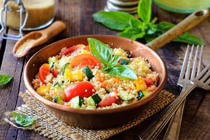 zeleninový kuskus s kuřecím masem sypaný parmazánem