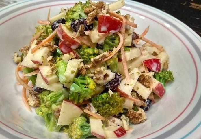 Brokolicový salát s řeckým jogurtem, oříšky a ovocem