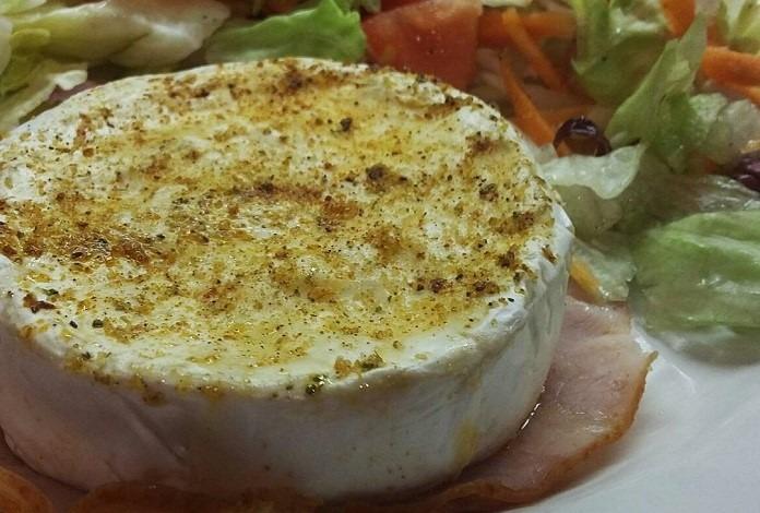 grilovaný hermelín na listovém salátku