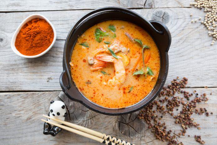 thajská polévka s krevetami, rýžovými nudlemi a chilli