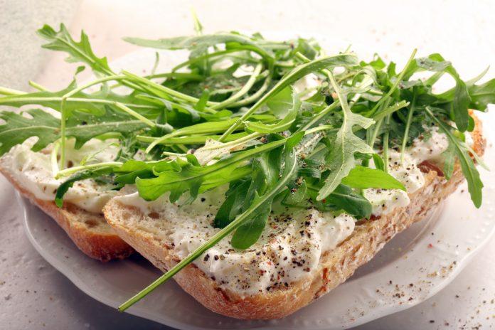 žitný chléb s tuňákovou pomazánkou a rukolou