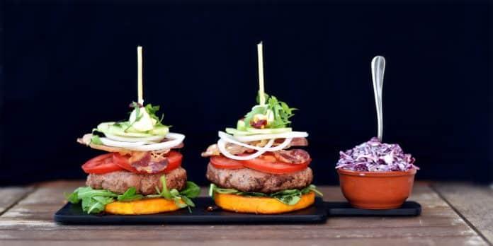 hovězí burger na máslové dýni se zelným salátem