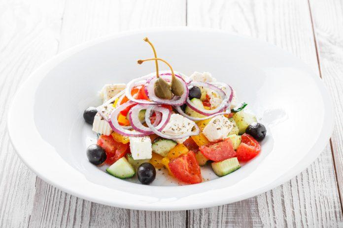 šopský salát s olivami