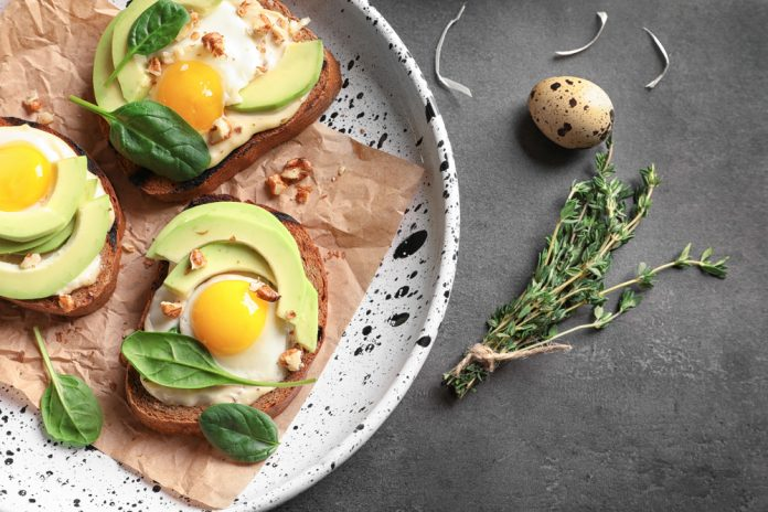 žitný toast s avokádem a vajíčkem posypaný řeřichou