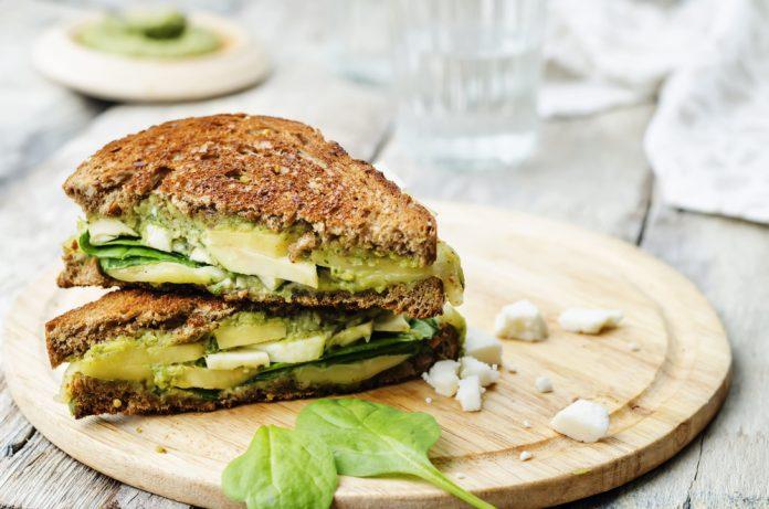 celozrnný chléb s avokádem a plátkem sýra