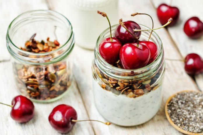 chia pudink s granolou a čerstvým ovocem