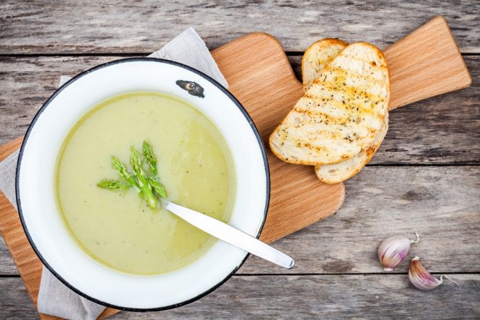chřestová polévka s hráškem a kokosovým mlékem
