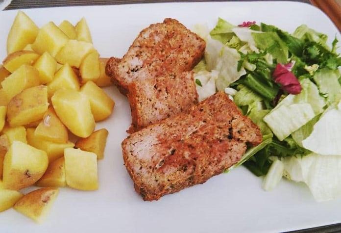 domácí sekaná s bramborem a zeleninovým salátem