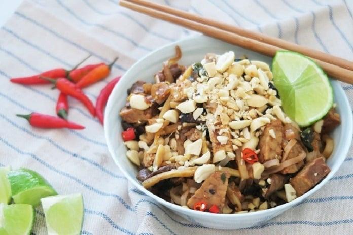 rýžové nudle s žampiony, tempehem, cibulkou a arašídy