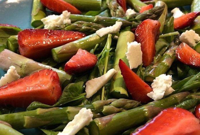 Čerstvý chřest se špenátem, jahodami a kozím sýrem