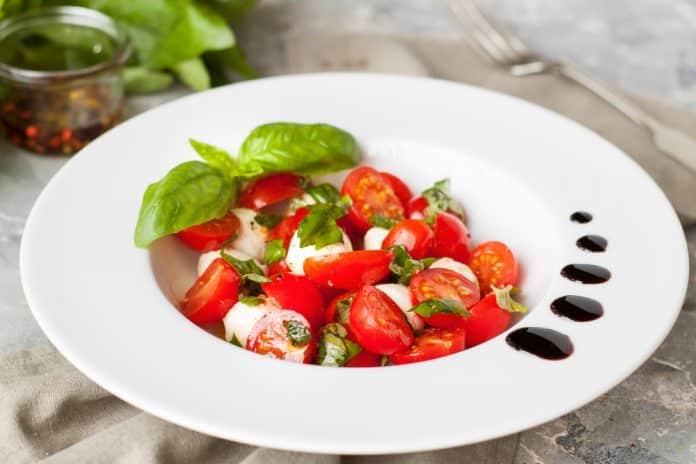 cherry rajčata s mozzarellou a bazalkou