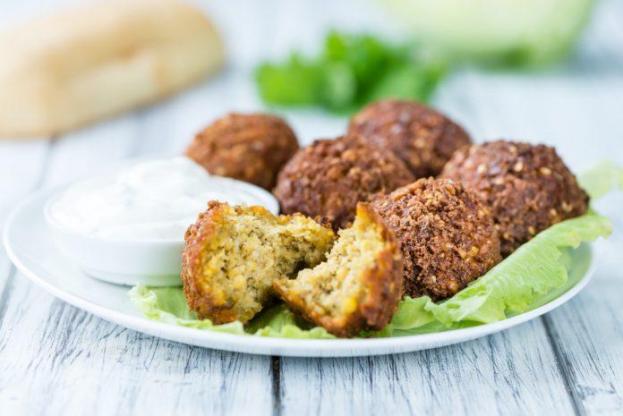 listový salát s falafelem