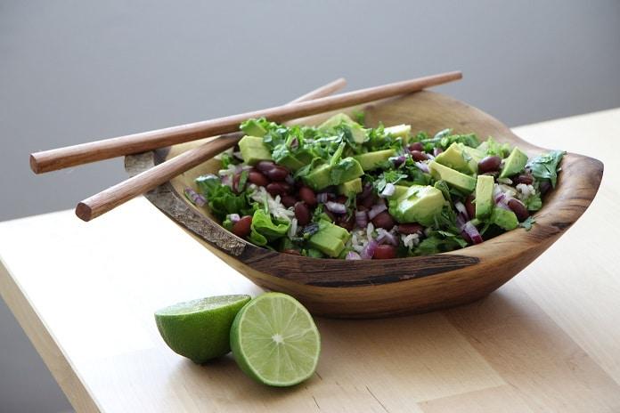 mexické fazole s avokádem a zeleninou