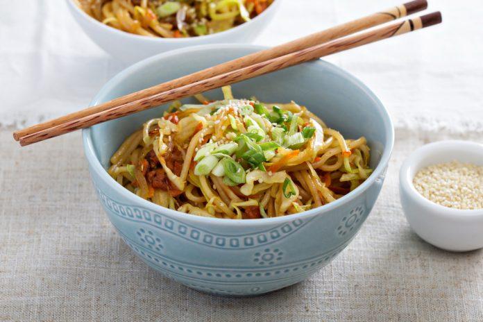 restovaná zelenina s rýžovými nudlemi