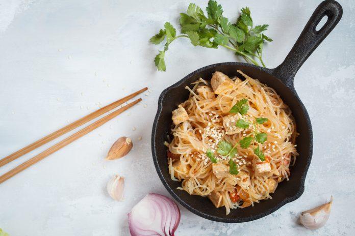 rýžové nudle s uzeným tofu, cibulí, česnekem, chilli papričkou a koriandrem