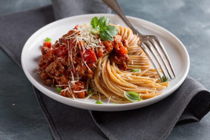 celozrnné špagety s rajčatovou omáčkou, žampiony a kuřecími kousky