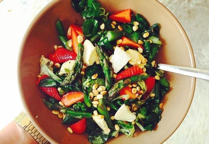 chřestovo-jahodový salát