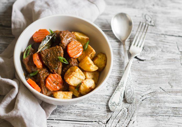 dušené libové hovězí maso s mrkví a bramborem