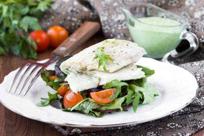 grilovaná bílá treska s bramborem a salátem