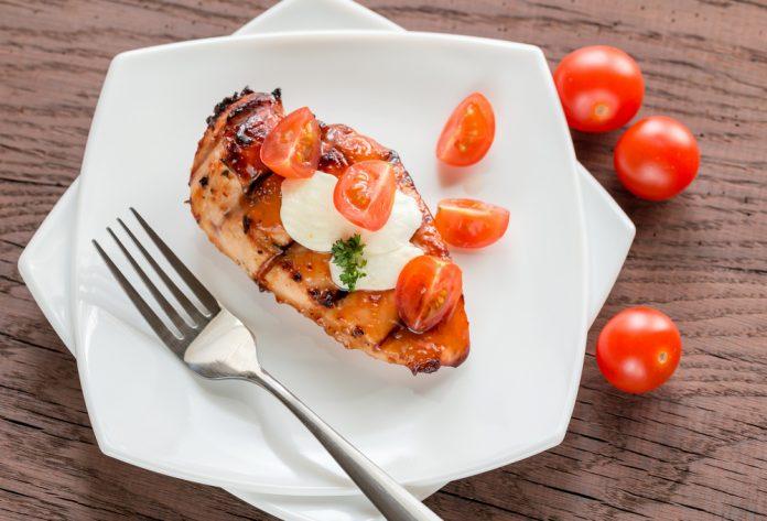 krůtí plátek zapečený s mozzarellou, bazalkou a rajčaty
