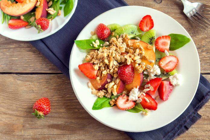 ovocný salát s vlašskými ořechy a lžící bílého jogurtu