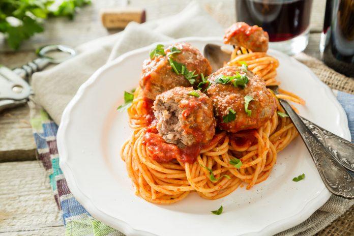 špagety s masovými kuličkami a rajčatovou omáčkou