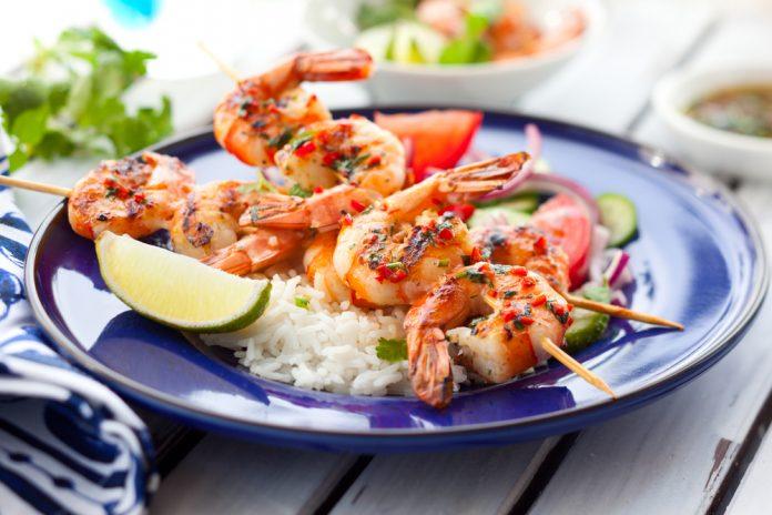 krevetové špízy s česnekem a indiánskou rýží