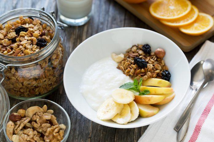 müsli s bílým jogurtem a čerstvým ovocem