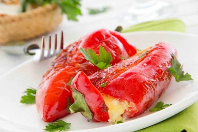 plněná paprika mletým masem, zapečená sýrem