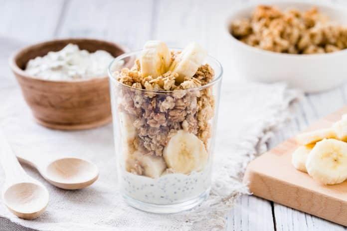 řecký jogurt s banánem a domácí granolou