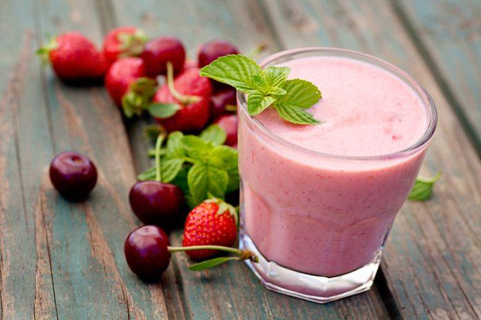 smoothie z ovoce a řeckého jogurtu s konopným semínkem