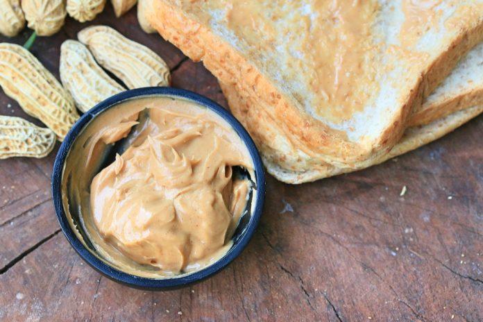 toasty z celozrnného chleba s arašídovým máslem