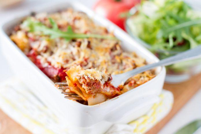 zapečené těstoviny s hovězím masem, paprikou, cuketou a rajčaty