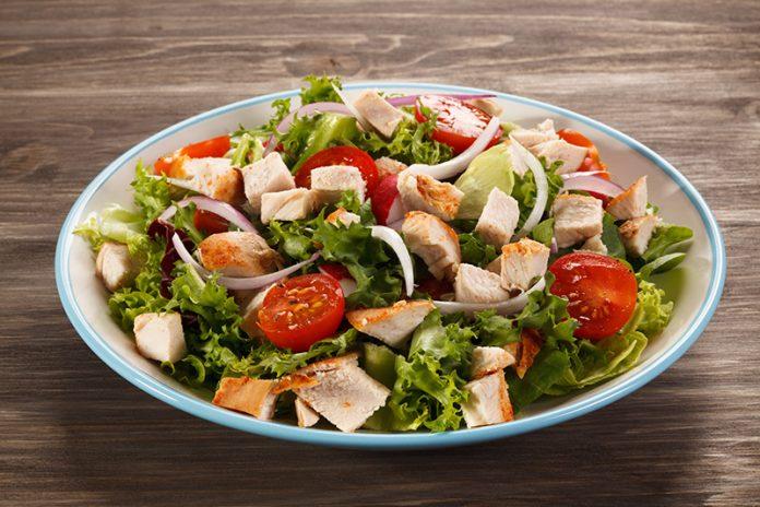 zeleninový salát s trhaným kuřecím masem a zálivkou s chilli