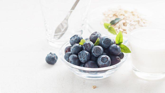 bílý jogurt s borůvkami a ovesnými vločkami