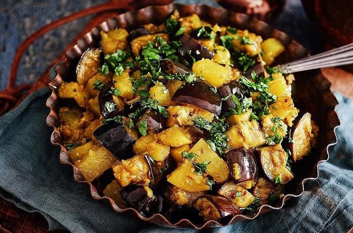 Indické Aloo baigan (brambory s lilkem)