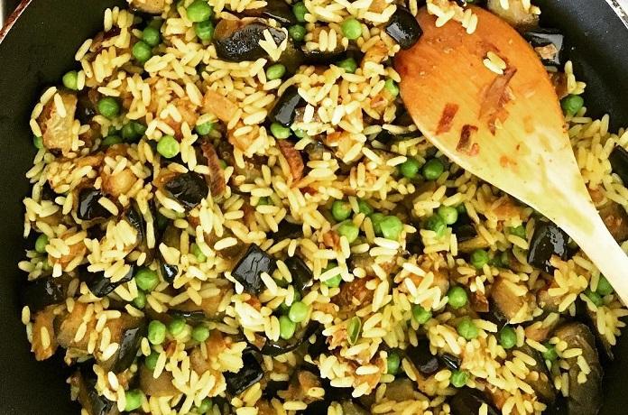 Kari rýže s hráškem a lilkem