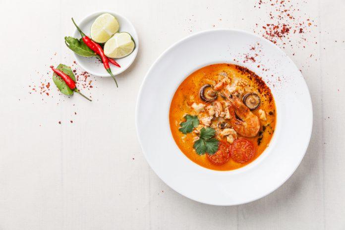 rybí polévka se zázvorem, chilli a kokosovým mlékem