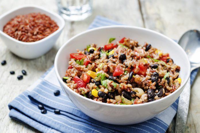 rýže s fazolemi, kukuřicí a petrželkou