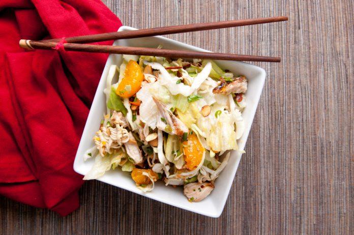 salát s bílým zelím, mandarinkou a kuřecími kousky