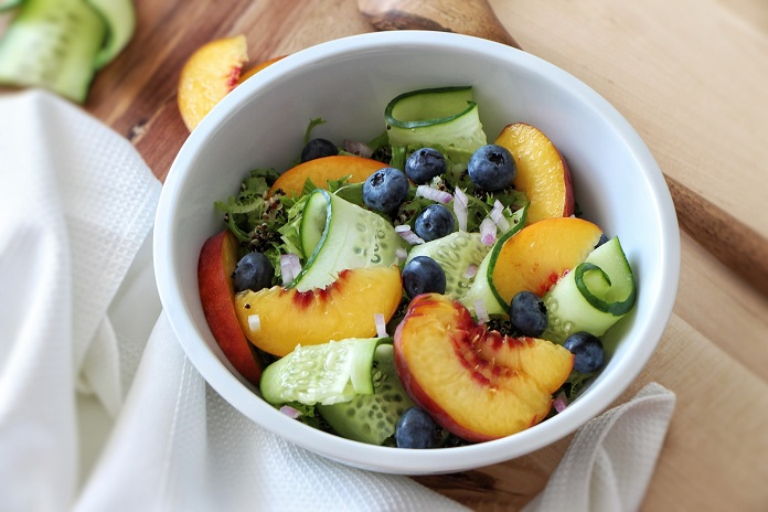 Salát s broskvemi a quinoou